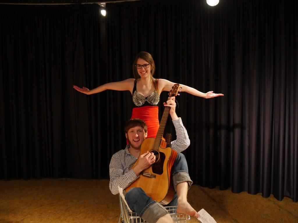 Marica Tomiak und Niccolo von Blanckenburg zeigen im Revuetheater von TIC ihr musikalisches Talent.