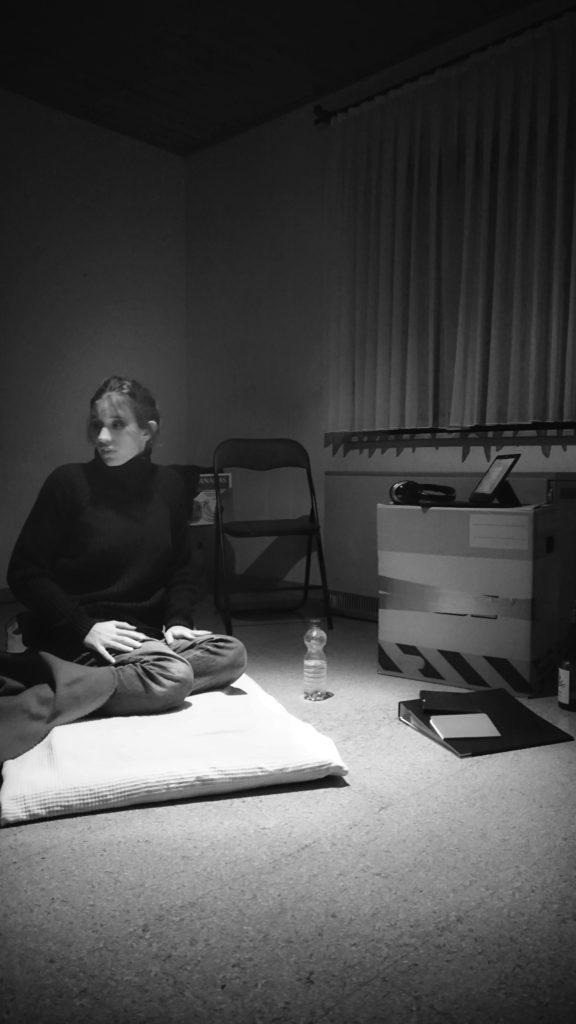Laure im kleinen Zimmer. Sie wartet auf ihren Einsatz.