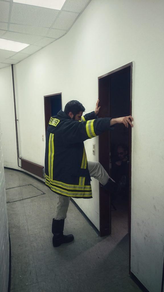 """Rainer als Rettungsassistent während der Dreharbeiten zu """"Wellenbruch""""."""