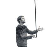 Walter Heidtmann balanciert während der Proben zu Momo